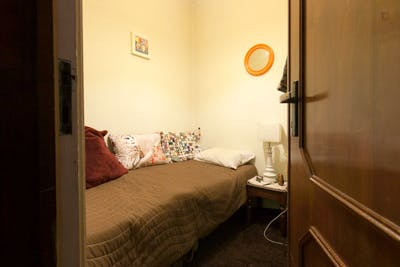 Simple and comfy single bedroom in a 3-bedroom flat, in Porto