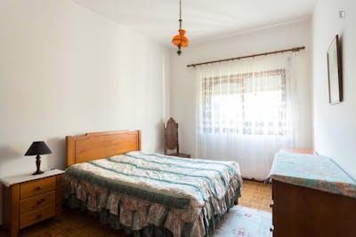 Cosy double bedroom in residential Senhora da Hora