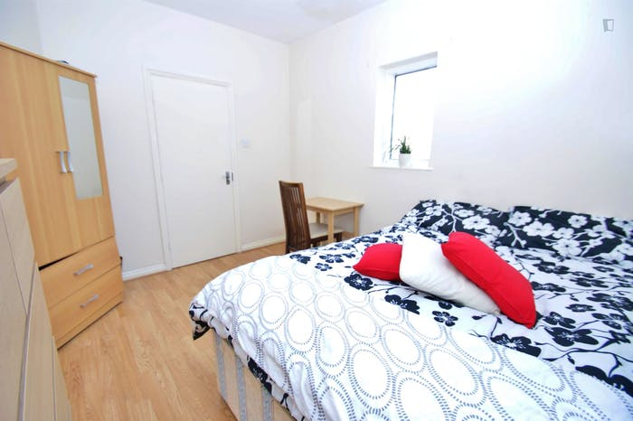 Very cool double bedroom close to the East Acton tube  - Gallery -  4
