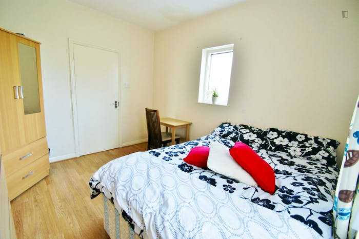 Very cool double bedroom close to the East Acton tube  - Gallery -  3