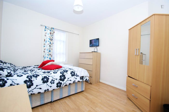 Very cool double bedroom close to the East Acton tube  - Gallery -  1