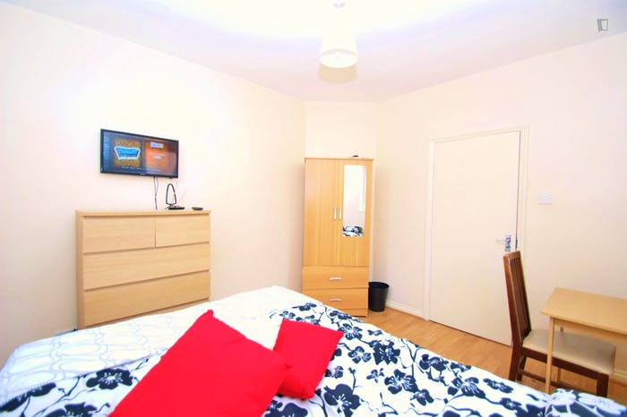 Very cool double bedroom close to the East Acton tube  - Gallery -  2