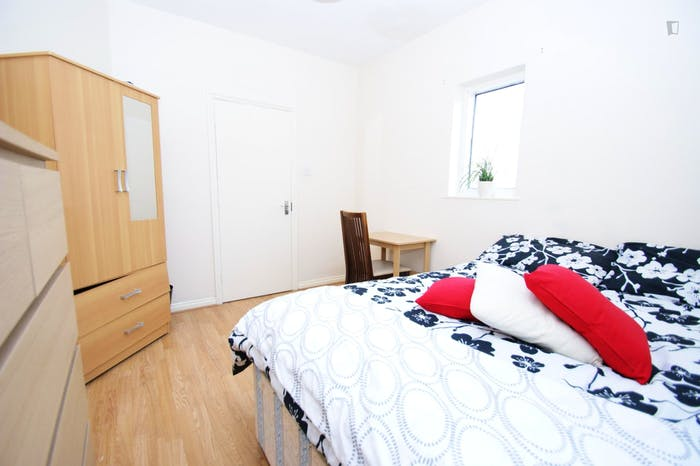 Very cool double bedroom close to the East Acton tube  - Gallery -  5
