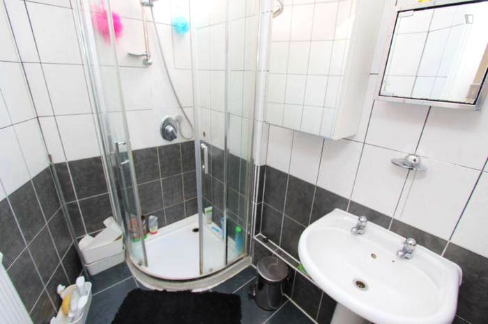 Very pleasant double bedroom near the Brent Cross tube  - Gallery -  4