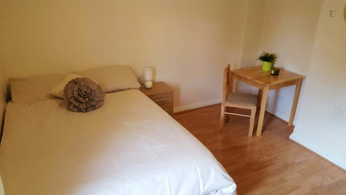 Welcoming double bedroom near the East Acton tube  - Gallery -  5