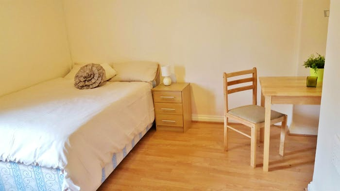 Welcoming double bedroom near the East Acton tube  - Gallery -  4