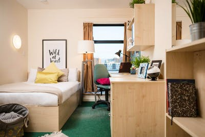 Welcoming double bedroom in a residence, in Pillgwenlly