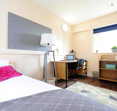 Cool double bedroom in a residence, in the centre of Salford