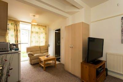 Studio flat in Redbridge  - Gallery -  3