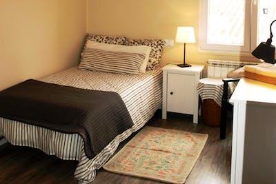 Lovely single bedroom in a 3-bedroom apartment near Jardines del Campillín