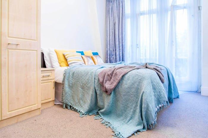 Enjoyable double bedroom in a 5-bedroom flat, in Maida ...