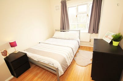 Tasteful double bedroom near the Kilburn High Road London overground station  - Gallery -  2