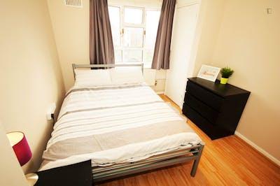 Tasteful double bedroom near the Kilburn High Road London overground station  - Gallery -  3
