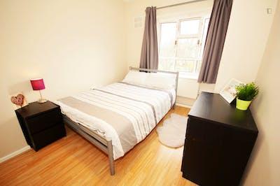 Tasteful double bedroom near the Kilburn High Road London overground station  - Gallery -  1