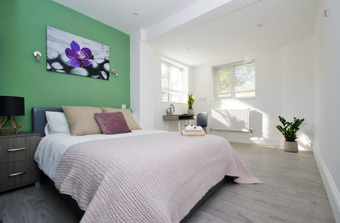 Very pleasant double ensuite bedroom near the Wormwood Scrubs  - Gallery -  1