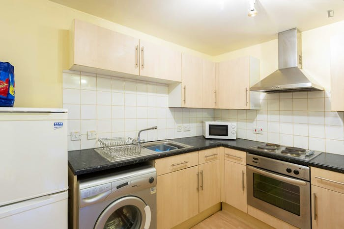 Very neat double bedroom in a 4-bedroom apartment in the Hyson Green neighbourhood  - Gallery -  5
