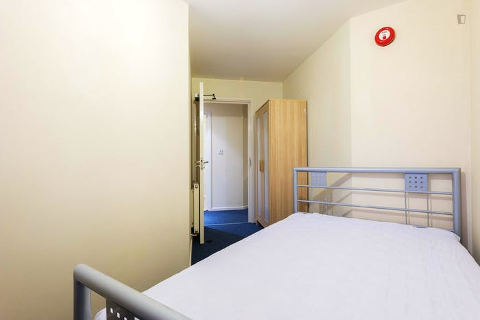 Very neat double bedroom in a 4-bedroom apartment in the Hyson Green neighbourhood  - Gallery -  2