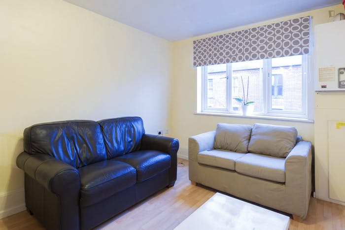 Very neat double bedroom in a 4-bedroom apartment in the Hyson Green neighbourhood  - Gallery -  4