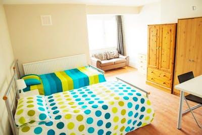 Twin bedroom near Kilburn Park tube station  - Gallery -  1