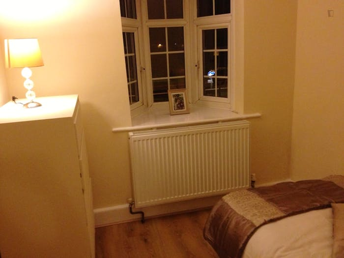 Warm and cosy single bedroom in a 6-bedroom house, in Chadwell Heath  - Gallery -  4