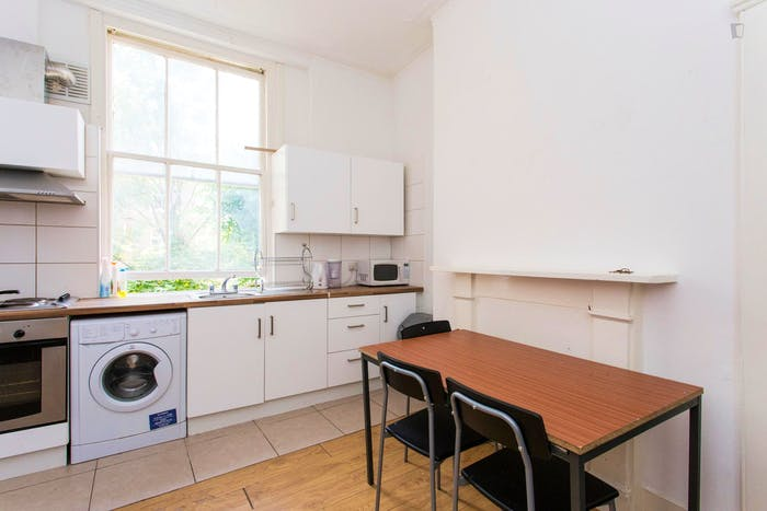 Very neat and bright 2-bedroom apartment in Kensington  - Gallery -  3