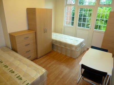 Twin bedroom close to Gunnersbury Park  - Gallery -  1