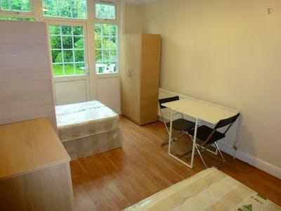 Twin bedroom close to Gunnersbury Park  - Gallery -  2
