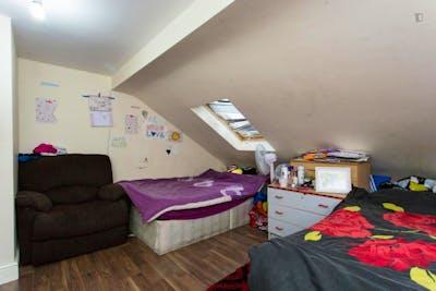 Twin bedroom in a 6-bedroom flat near Seven Kings train station  - Gallery -  2