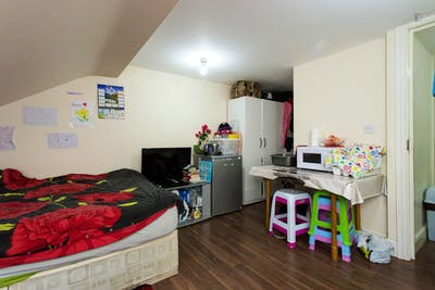 Twin bedroom in a 6-bedroom flat near Seven Kings train station  - Gallery -  3