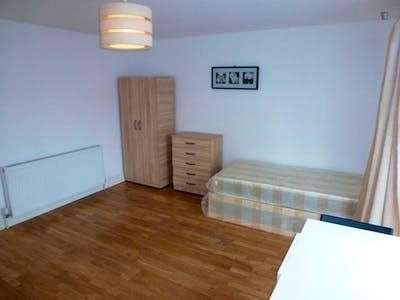 Twin bedroom in Willesden  - Gallery -  3