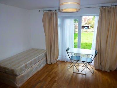 Twin bedroom in Willesden  - Gallery -  1