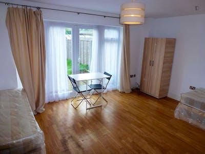 Twin bedroom in Willesden  - Gallery -  2