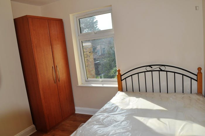 Very neat double bedroom near the Walthamstow Town Square Gardens  - Gallery -  1