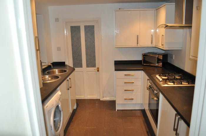 Very neat double bedroom near the Walthamstow Town Square Gardens  - Gallery -  3