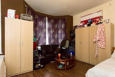Twin bedroom in Redbridge  - Gallery -  3