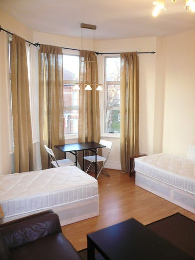 Twin bedroom near the WIlesden Green tube station  - Gallery -  3