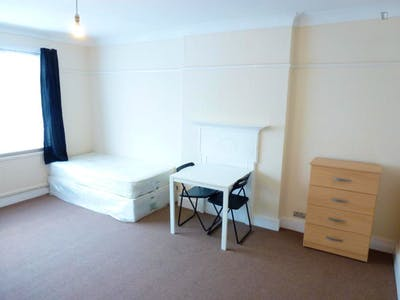Twin bedroom in a 5-bedroom house close to Kensal Green tube station  - Gallery -  2