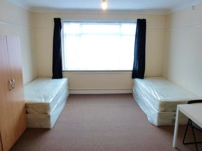 Twin bedroom in a 5-bedroom house close to Kensal Green tube station  - Gallery -  1