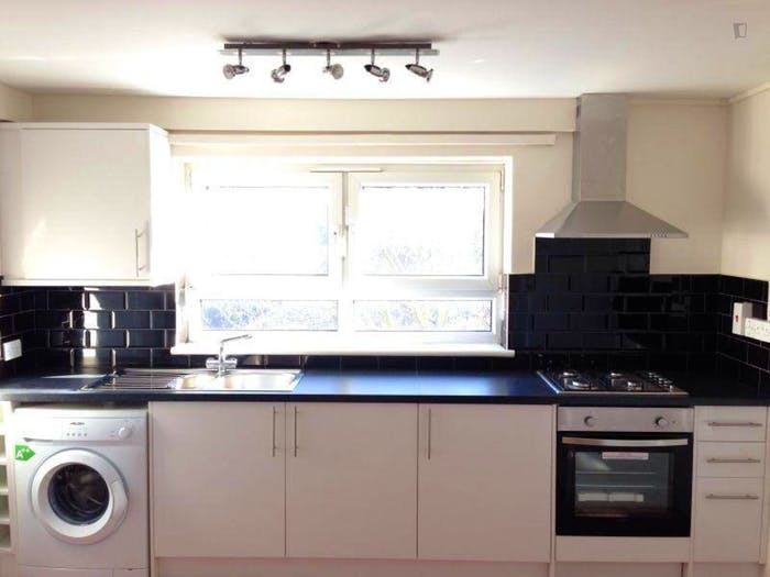 Wide double bedroom close to the University of Cumbria in London  - Gallery -  3