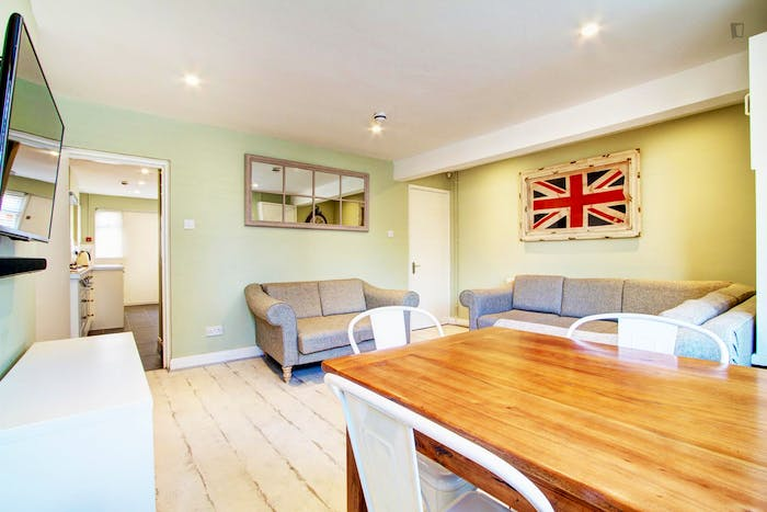 Very bright double bedroom in an 8-bedroom apartment, in Hyde Park  - Gallery -  3