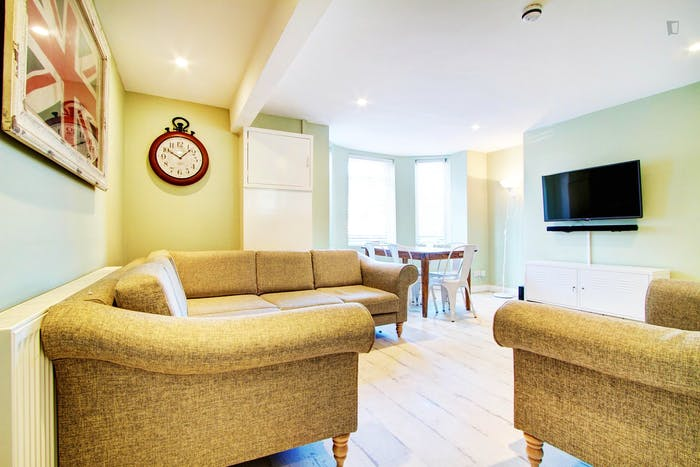 Very bright double bedroom in an 8-bedroom apartment, in Hyde Park  - Gallery -  2