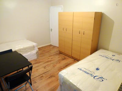 Twin bedroom in a 5-bedroom house near East Acton tube station  - Gallery -  1