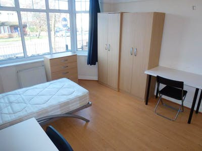 Twin bedroom in a 5-bedroom house near Acton Main Line train station  - Gallery -  2