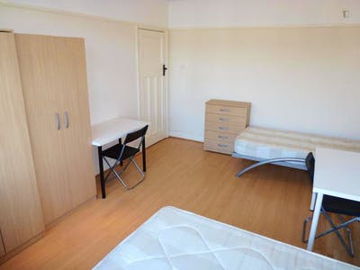 Twin bedroom in a 5-bedroom house near Acton Main Line train station  - Gallery -  1