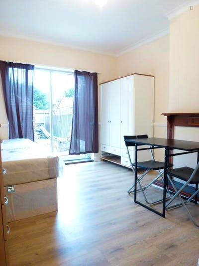 Twin bedroom in a 5-bedroom house, near the Wormwood Scrubs Park  - Gallery -  1