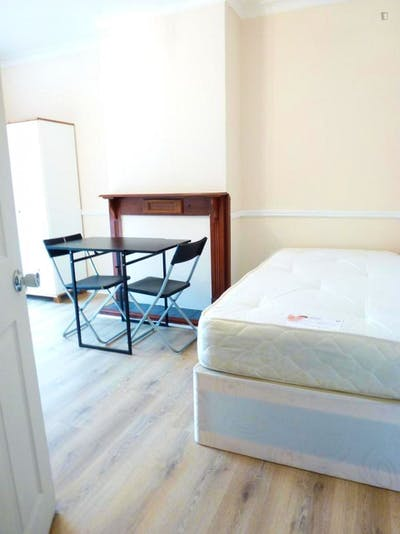 Twin bedroom in a 5-bedroom house, near the Wormwood Scrubs Park  - Gallery -  2
