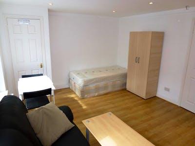 Twin bedroom in a 5-bedroom house, in trendy Brent neighbourhood  - Gallery -  2