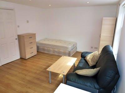 Twin bedroom in a 5-bedroom house, in trendy Brent neighbourhood  - Gallery -  3