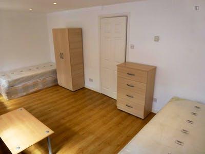 Twin bedroom in a 5-bedroom house, in trendy Brent neighbourhood  - Gallery -  1