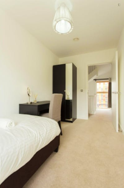 Welcoming single bedroom near the Canning Town DLR Station  - Gallery -  2